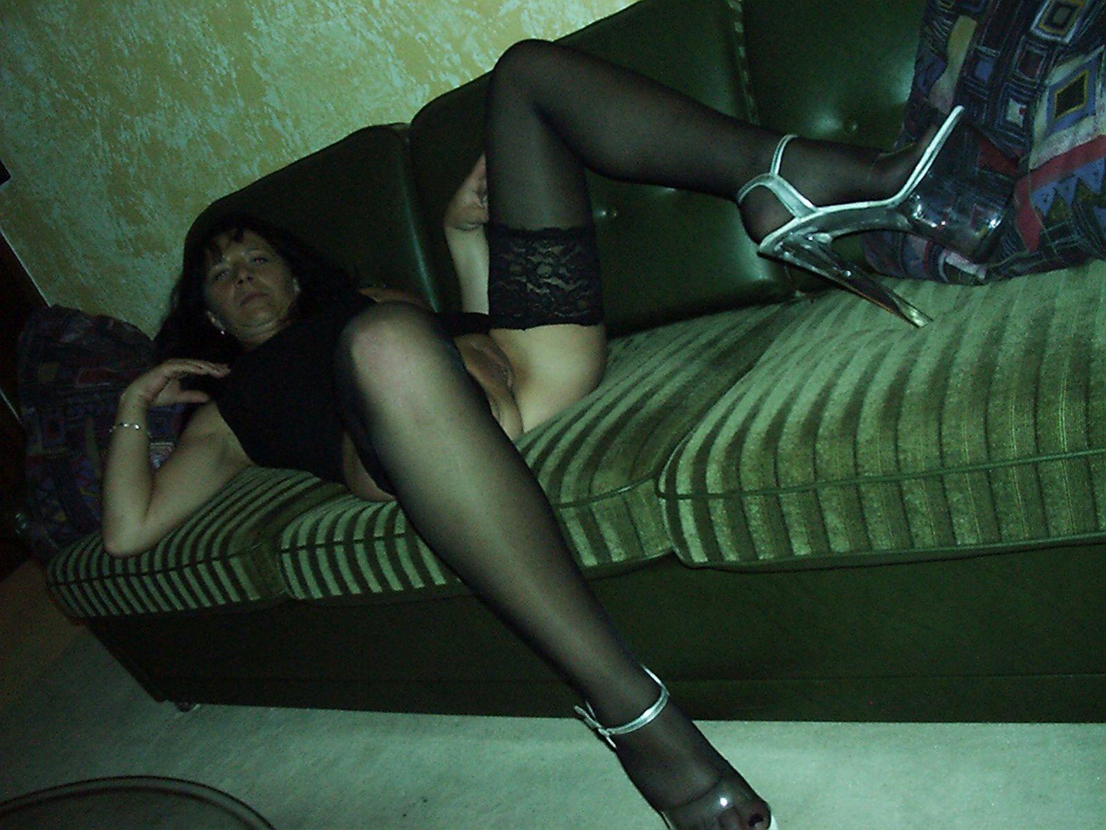 Frau unten ohne auf Sofa