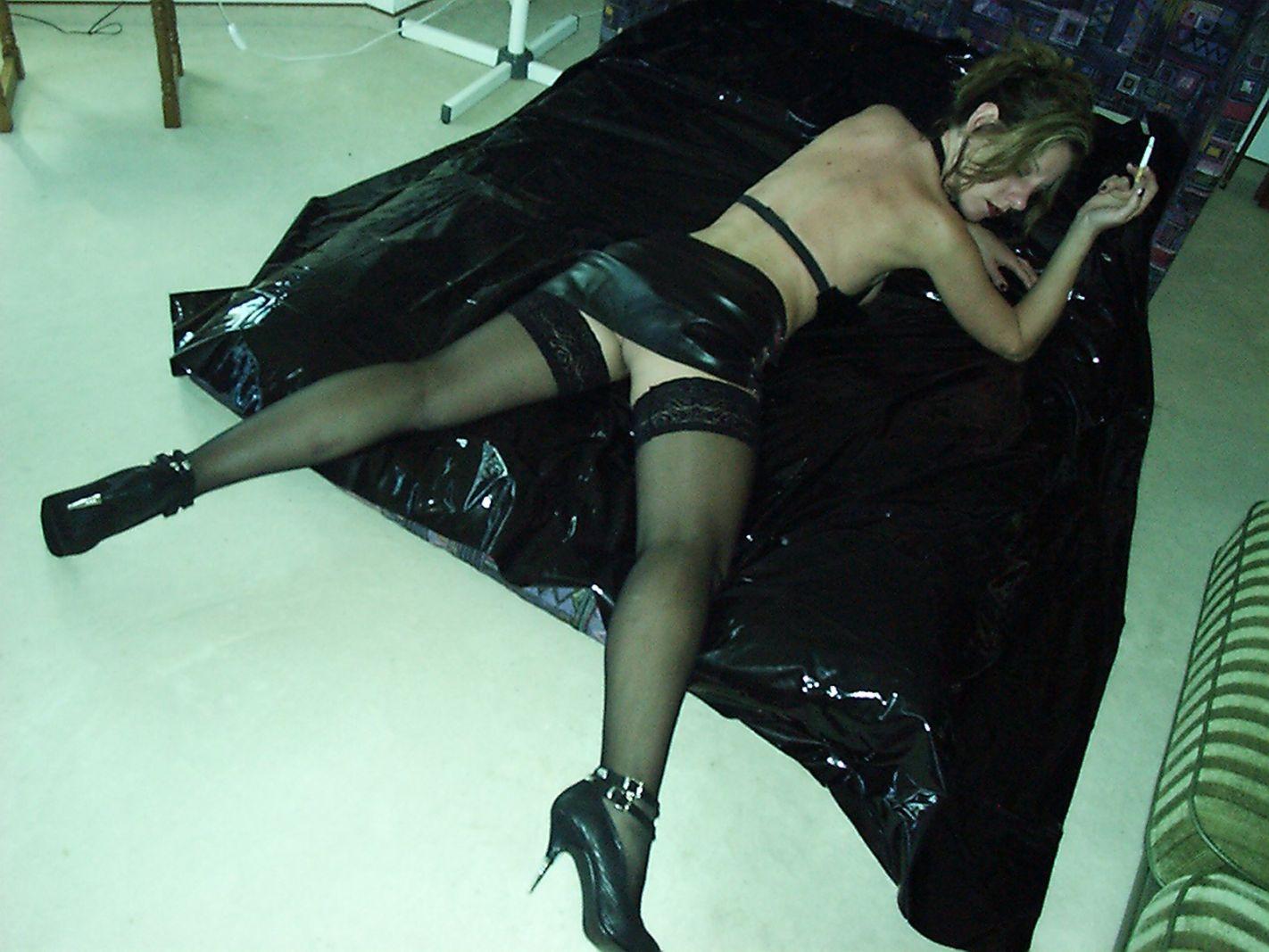 Frau liegt mit gespreizten Beinen auf dem Bett